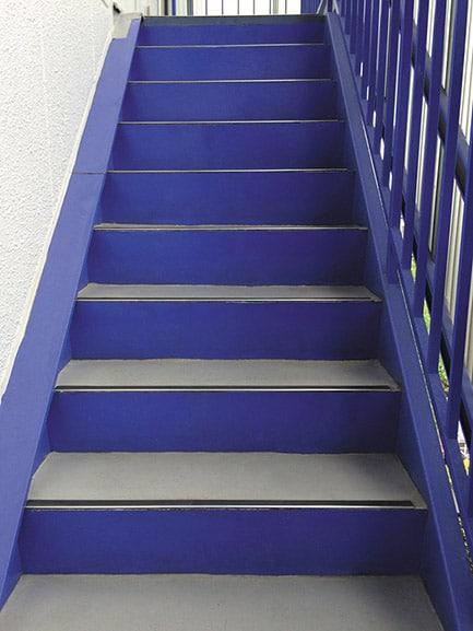 画像加工「錆びている階段」修正して錆びがなくなったキレイな階段
